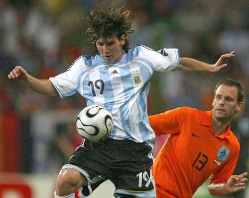 图文:荷兰0-0阿根廷 梅西停球过人