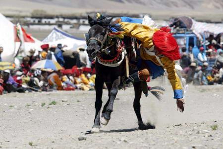 图文:西藏定日县举行赛马和射箭比赛