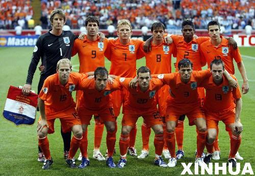 荷兰队内讧_荷兰队首发球员在赛前合影.新华社记者郭勇摄