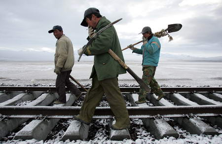 图文:青藏铁路工人往铁轨底下填石头
