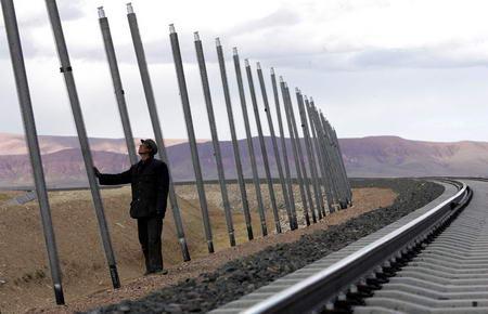 """图文:当地人对铁路边的""""热棒""""感到好奇"""