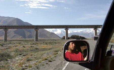 图文:一名藏族司机驾驶的越野车