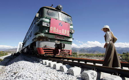 图文:藏族妇女在铁路上观看施工用的火车头
