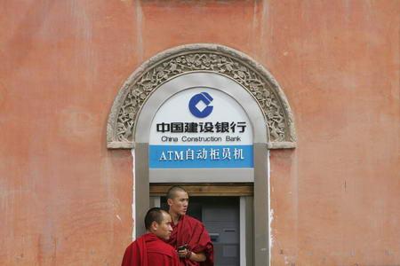 图文:两名僧人在寺院外的自动取款机前取钱