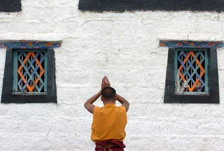 图文:一名僧人在拉萨大昭寺门口朝拜