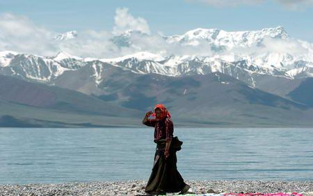 图文:西藏纳木错湖边的一个藏民