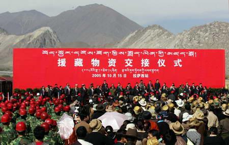 图文:首批1万多吨援藏物资运输抵达拉萨