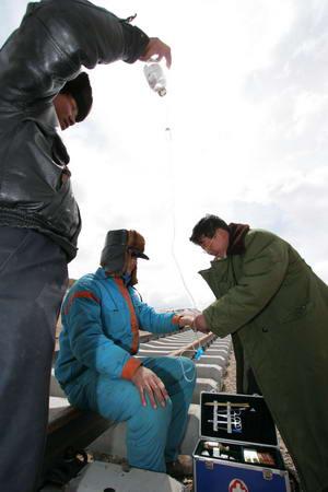 图文:修建青藏铁路的工人在工地受伤