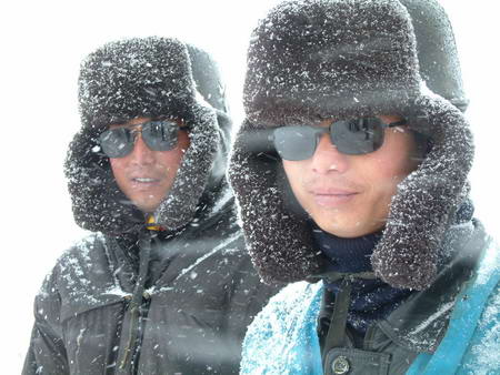 图文:修建青藏铁路的工人在雪地里