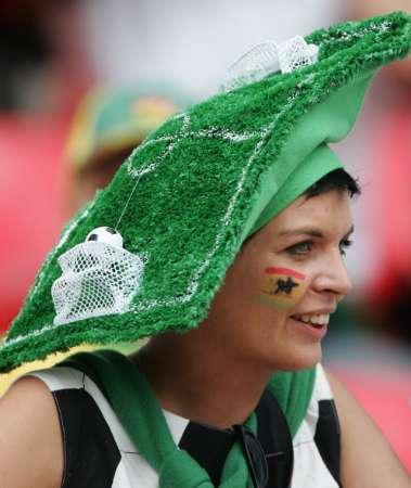 图文:加纳VS美国 头顶足球场的加纳女球迷