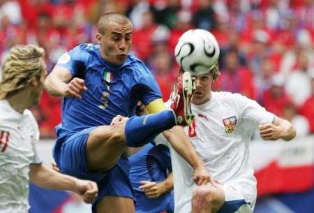 图文:捷克VS意大利 卡纳瓦罗一腿独秀
