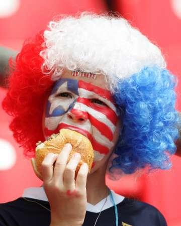 图文:加纳VS美国 球迷在吃汉堡包