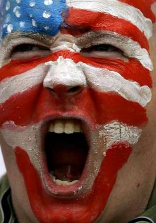 图文:加纳VS美国 球迷在疯狂呐喊