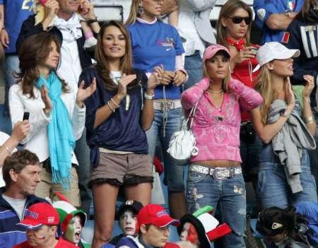 图文:捷克VS意大利 布冯女友鼓掌庆祝
