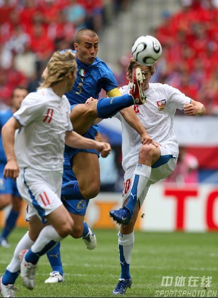 图文:捷克0-2意大利 卡纳瓦罗大脚解围