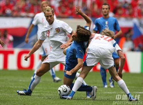 图文:捷克0-2意大利 皮尔洛被对手放倒
