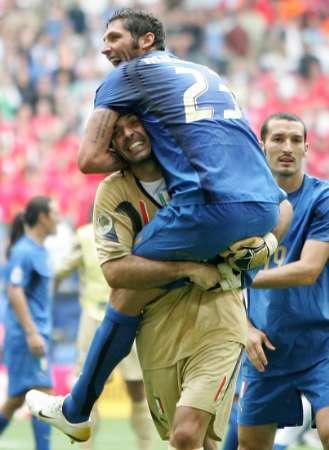 图文:捷克0-2意大利 意大利队员庆祝胜利