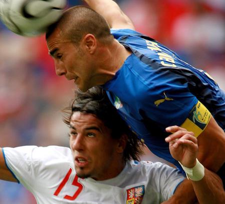 图文:捷克VS意大利 抢球高人一头