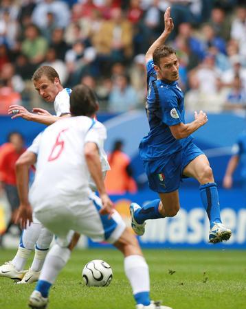 图文:捷克VS意大利 托蒂在比赛中带球突破