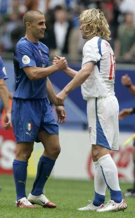 组图:捷克0-2意大利 卡纳瓦罗拥抱内德维德