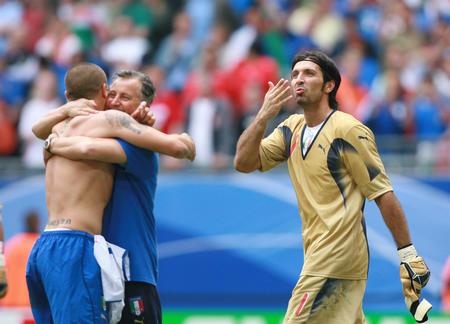图文:捷克0-2意大利 布冯等庆祝胜利