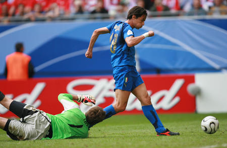 图文:捷克0-2意大利 因扎吉晃过门将打入一球