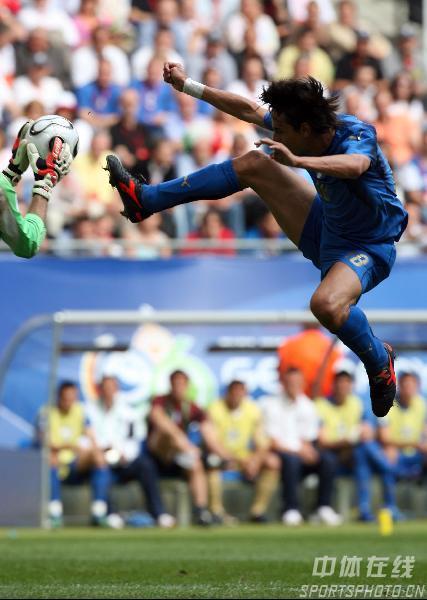 图文:捷克0-2意大利 加图索门前抢点