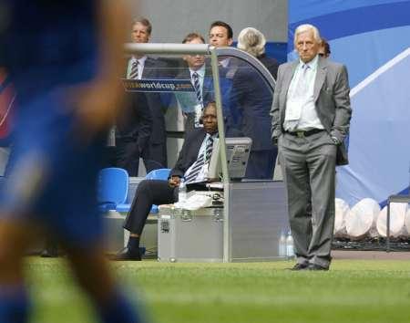 图文:捷克0-2意大利 捷克主教练观看比赛