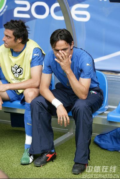图文:捷克0-2意大利 因扎吉焦急等待上场