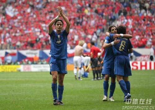 图文:捷克0-2意大利 因扎吉等队员庆祝胜利