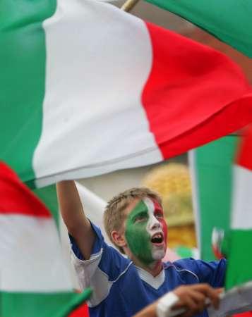 图文:捷克0-2意大利 兴奋的意大利球迷