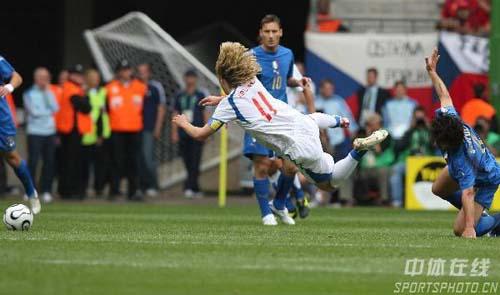 图文:捷克0-2意大利 内德维德遭对手侵犯