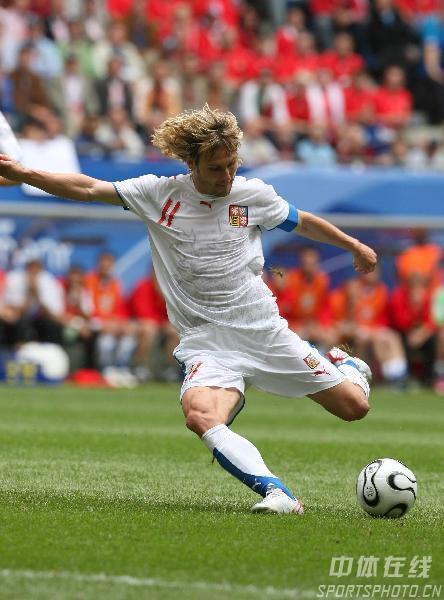 图文:捷克0-2意大利 捷克队内德维德射门