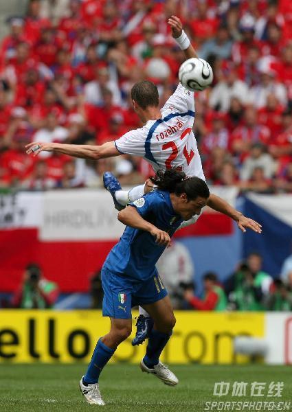 图文:捷克0-2意大利 双方激烈对抗