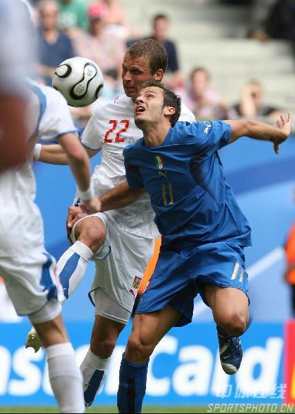 图文:捷克0-2意大利 吉拉迪诺与罗泽纳尔争抢