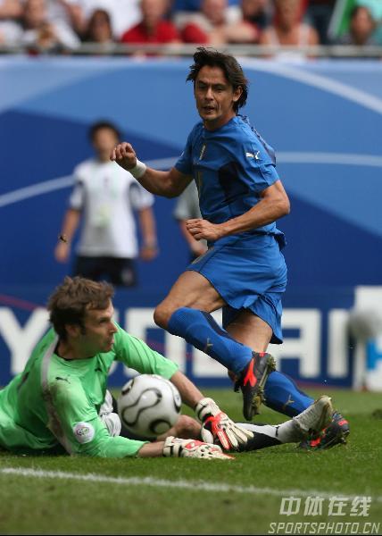 图文:捷克0-2意大利 因扎吉射门得分瞬间
