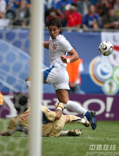 图文:捷克0-2意大利 意大利队门前出现险情