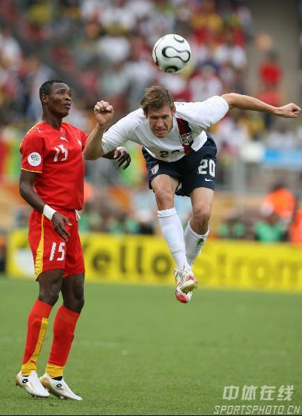 图文:加纳2-1美国 麦克布莱德在比赛中冲顶