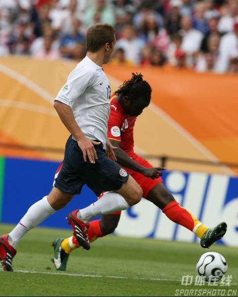图文:加纳2-1美国 双方激烈拼抢