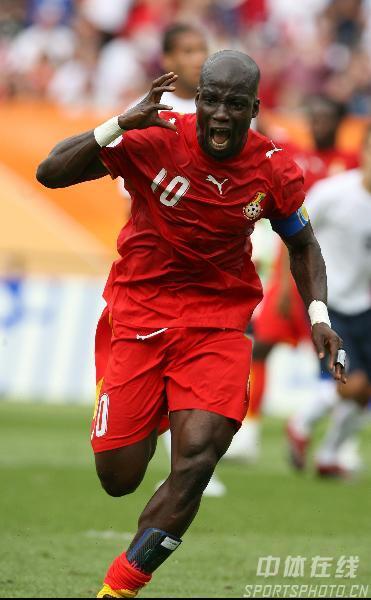 图文:加纳2-1美国 阿皮亚庆祝攻入一球