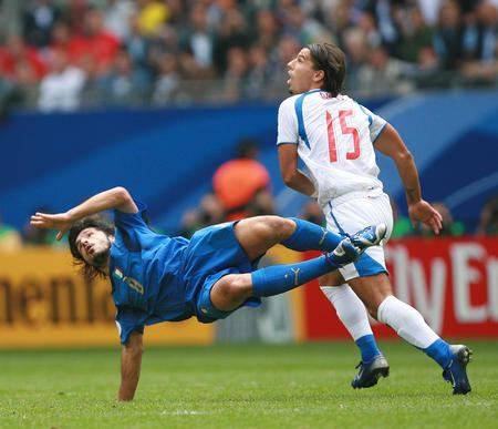 图文:捷克0-2意大利 加图索与巴罗什争抢