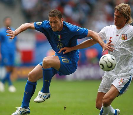 图文:捷克0-2意大利 托蒂与科瓦克在拼抢