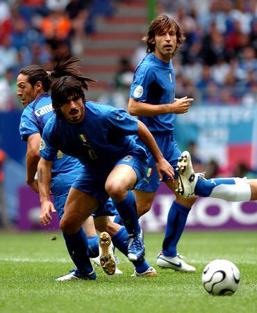 图文:捷克0-2意大利 眼睁睁望着足球被踢走