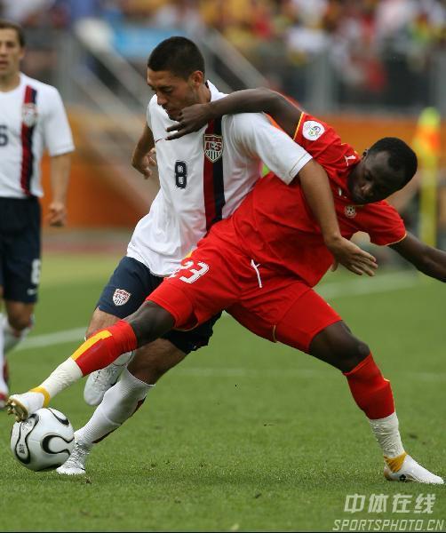 图文:加纳2-1美国 邓普西与德拉马尼拼抢