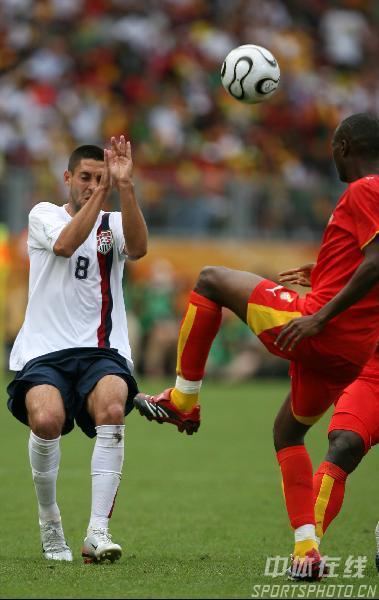 图文:加纳2-1美国 邓普西积极防守
