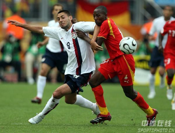图文:加纳2-1美国 邓普西(左)与对手争抢