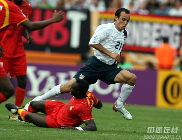 图文:加纳2-1美国 美国队多诺万强行突破
