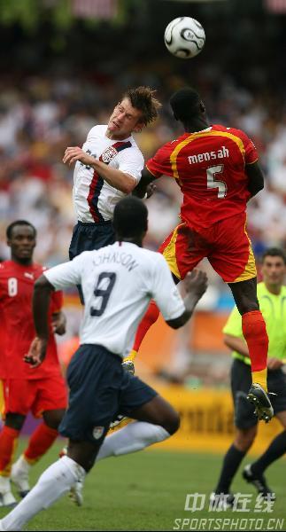 图文:加纳2-1美国 双方队员争顶