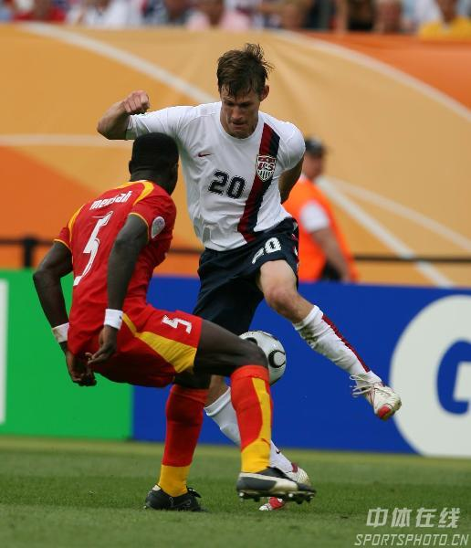 图文:加纳2-1美国 麦克布莱德带球过人