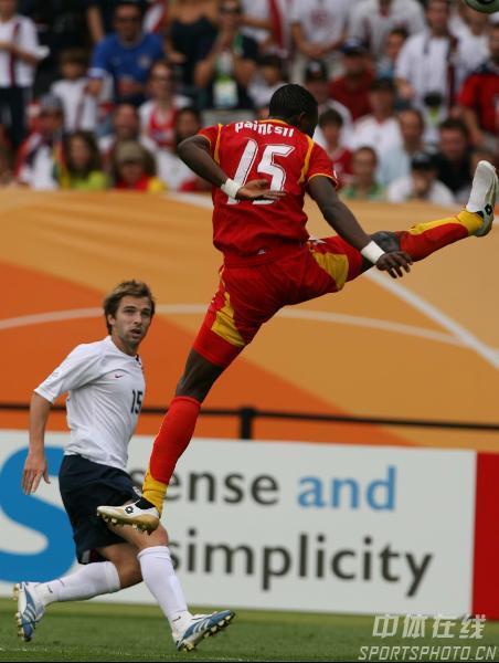 图文:加纳2-1美国 加纳球员上演霹雳腿